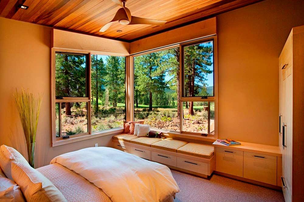 Пустой угол спальни и окно