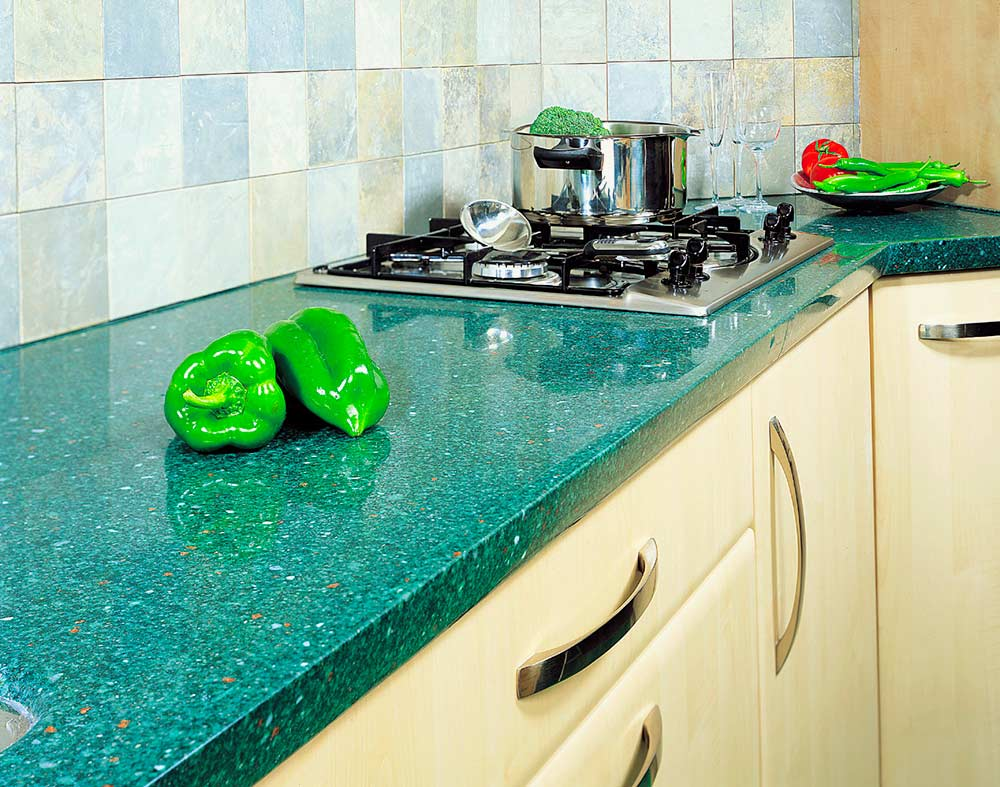 Стеклянные-детали-в-интерьере-кухни