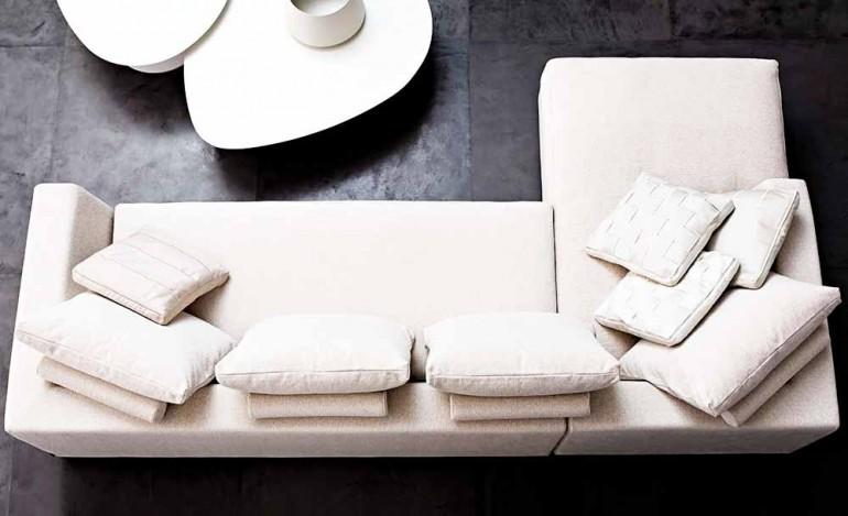 Диванные-подушки-в-интерьере-гостиной