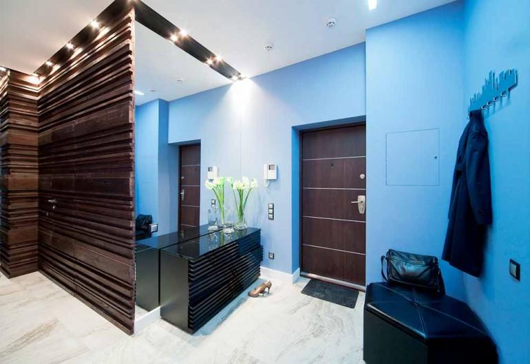 Дизайнерские решения для узкого и длинного коридора