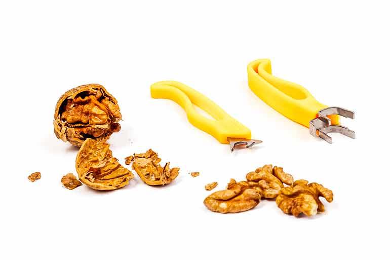 Грецкий орех замажет царапины на мебели