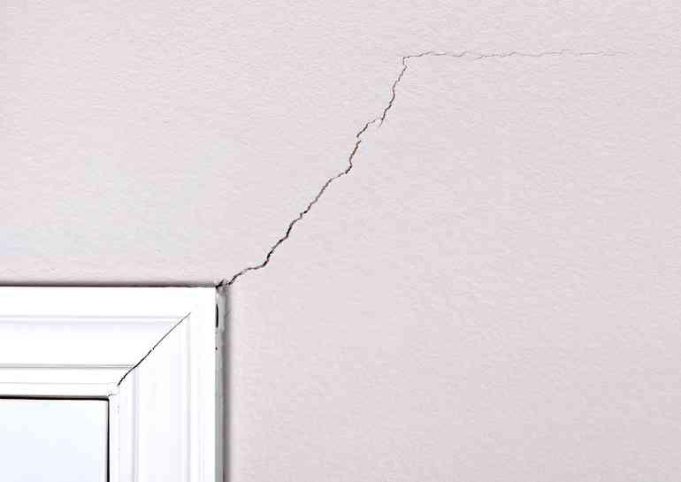 Почему лопается гипсокартон в деревянных домах