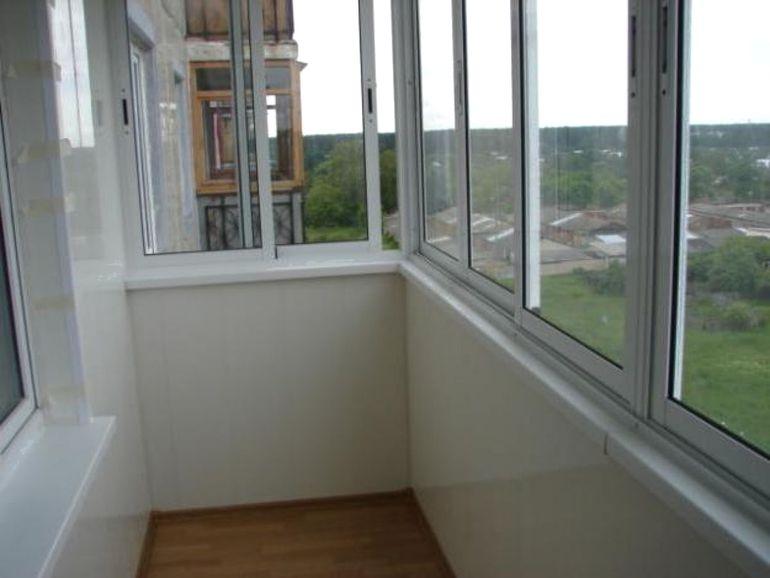 Почему нет смысла утеплять балкон с холодным остеклением