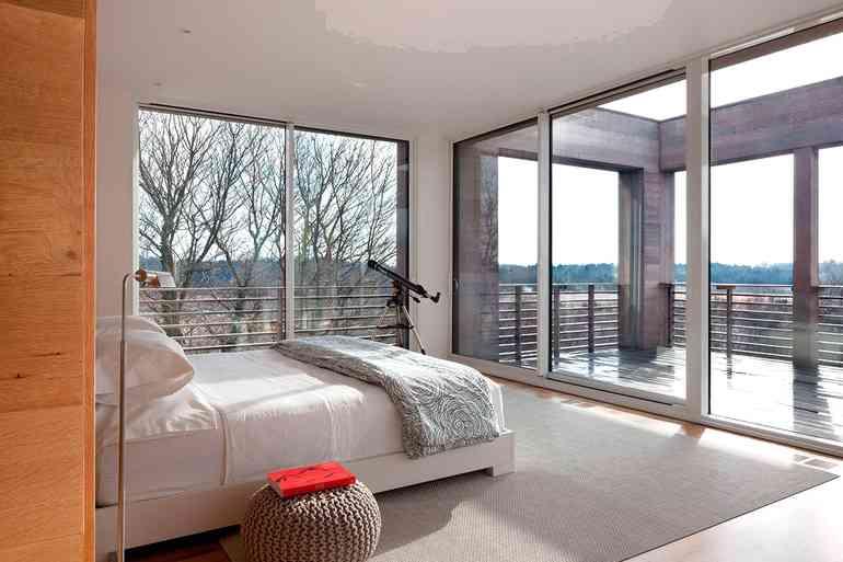 Какие окна лучше всего пропускают солнечный свет в комнату?
