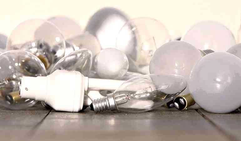 Почему часто перегорают лампочки  квартире