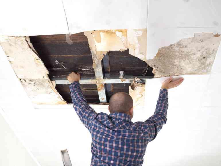 Как отремонтировать потекший потолок без лишних затрат