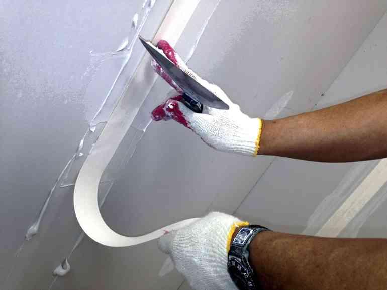 Причины трещин гипсокортона на потолке