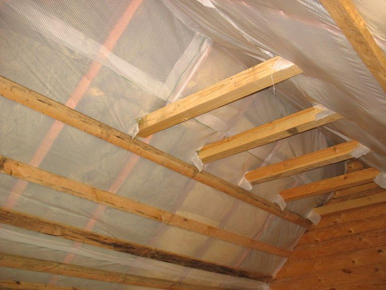 Чем и как дополнительно утеплить перекрытие под холодной крышей
