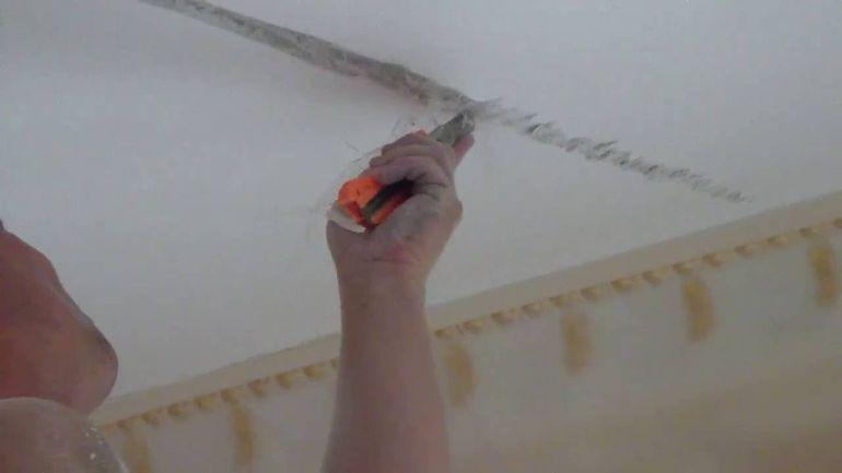 Как заделать трещины в оштукатуренном потолке