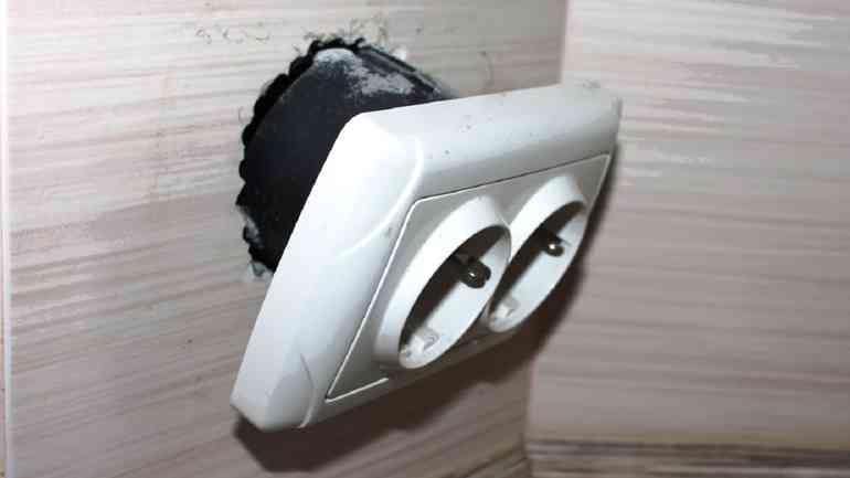 Как безопасно отремонтировать выпавшую розетку