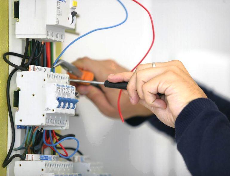 Как выбрать электрика на ремонт проводки, чтобы не потратить деньги впустую