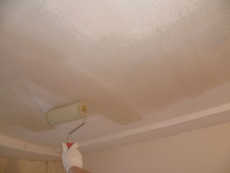 Почему после покраски потолок может пойти пятнами