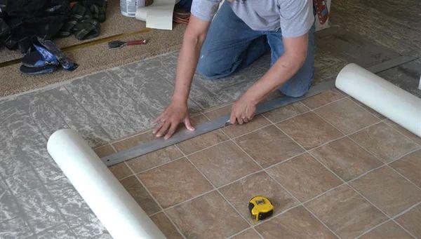 Как подрезать постеленный линолеум по периметру комнаты идеально ровно