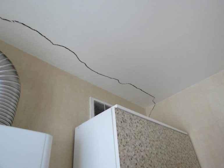 5 ошибок из-за которых потолок растрескался после ремонта