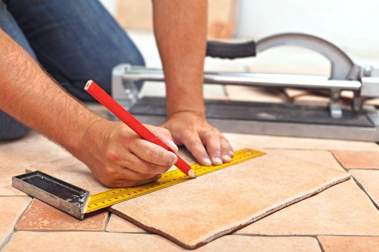 Как правильно притирать плитку во время укладки