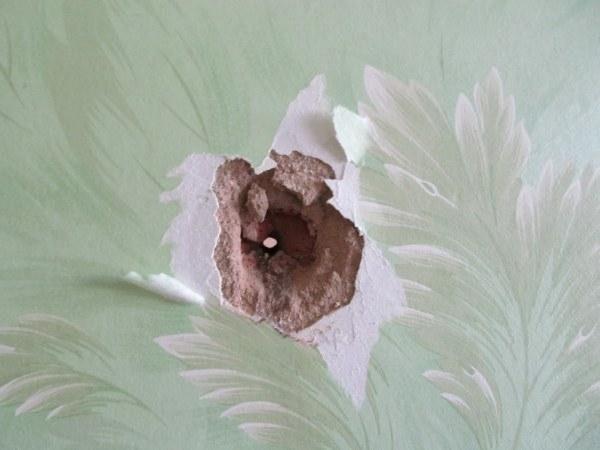 Как замаскировать отверстие в стене на обоях