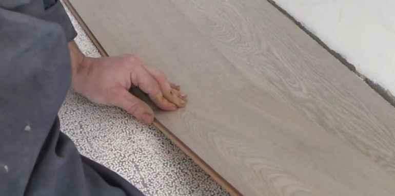 Какой инструмент недопустим при укладке ламината