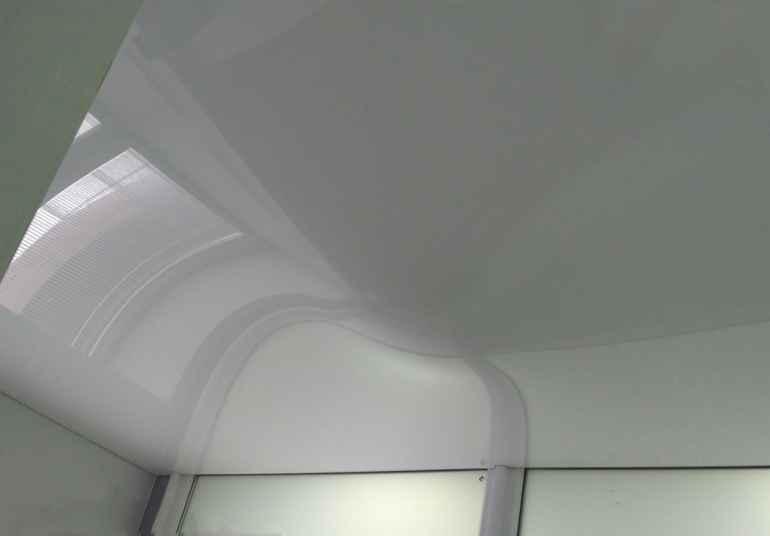 Почему на натяжном потолке появились пятна после монтажа
