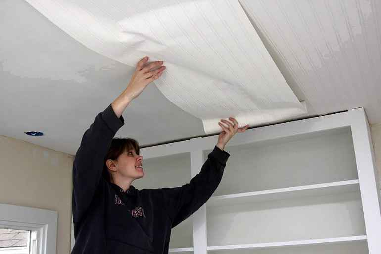 Как поклеить обои и не запачкать потолок обойным клеем