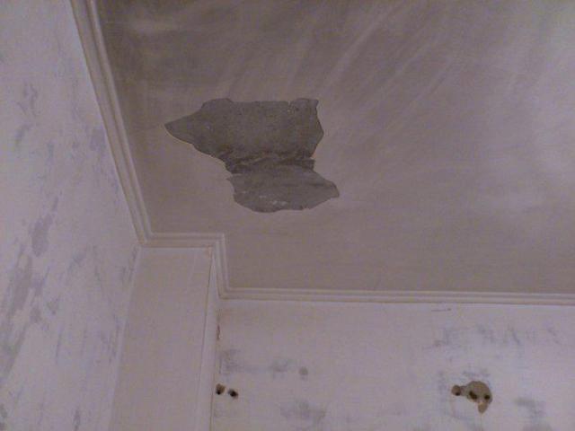 Почему штукатурка осыпается с потолка: предотвращаем проблему заранее