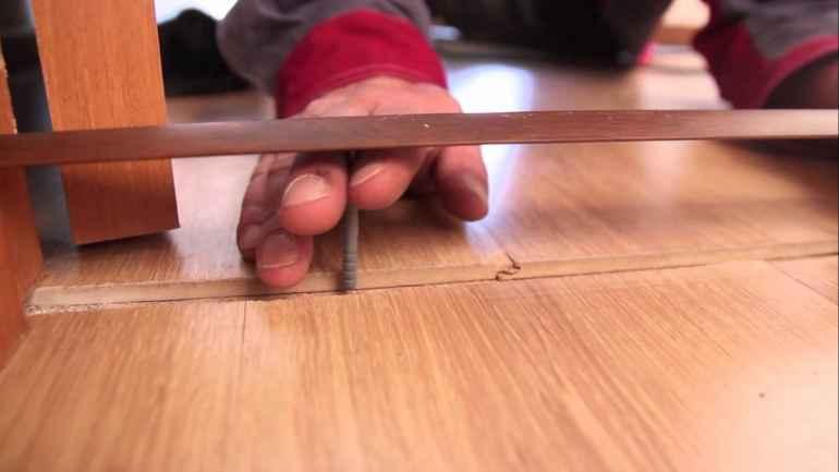 Соединяем стыки линолеума с помощью клея