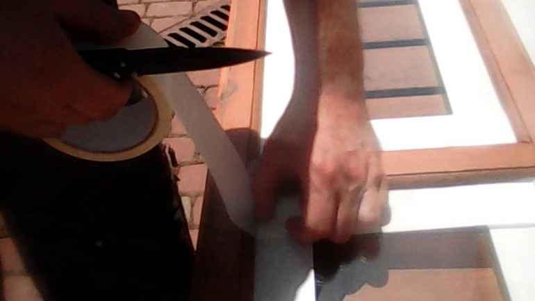 Как надежно защитить окна от брызгов краски