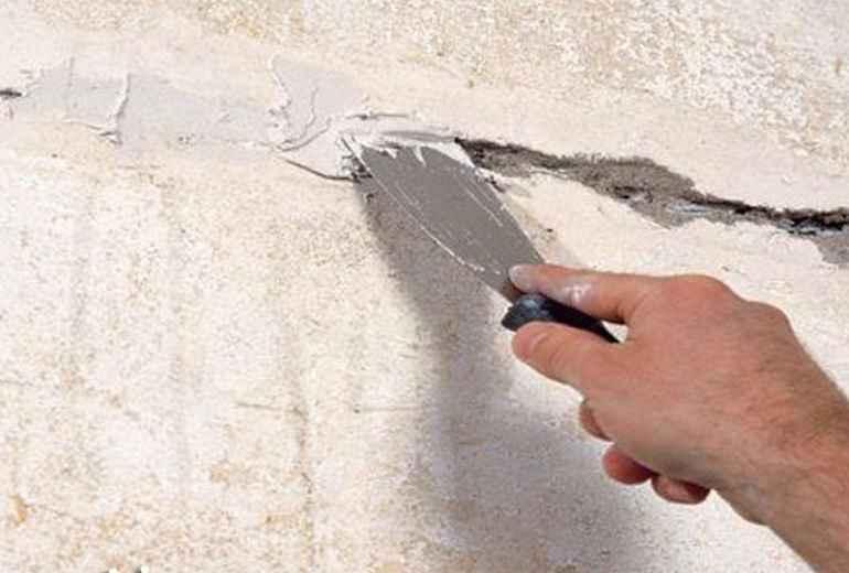 Как заделать трещину на потолке, чтобы она не разрасталась