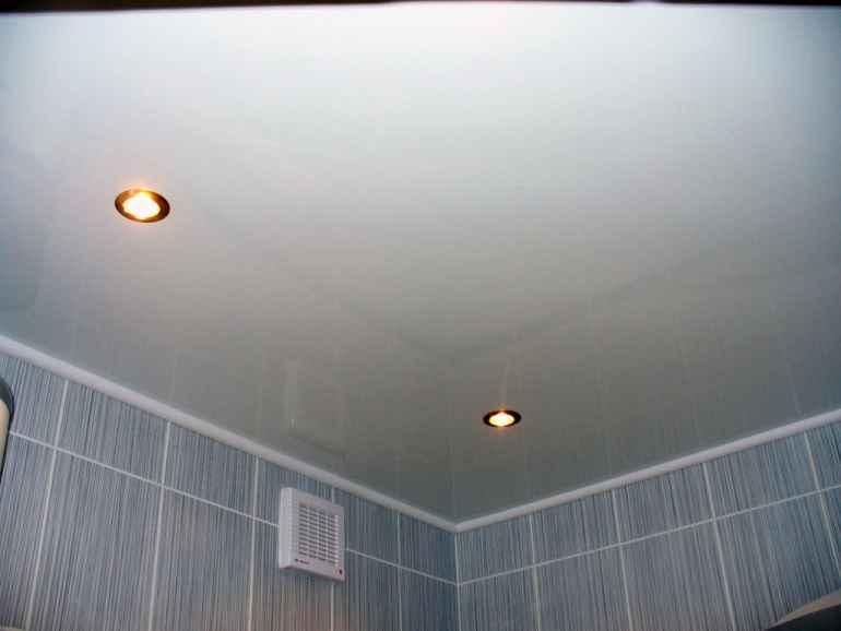 Отделываем потолок в ванной комнате: какой материал выбрать?