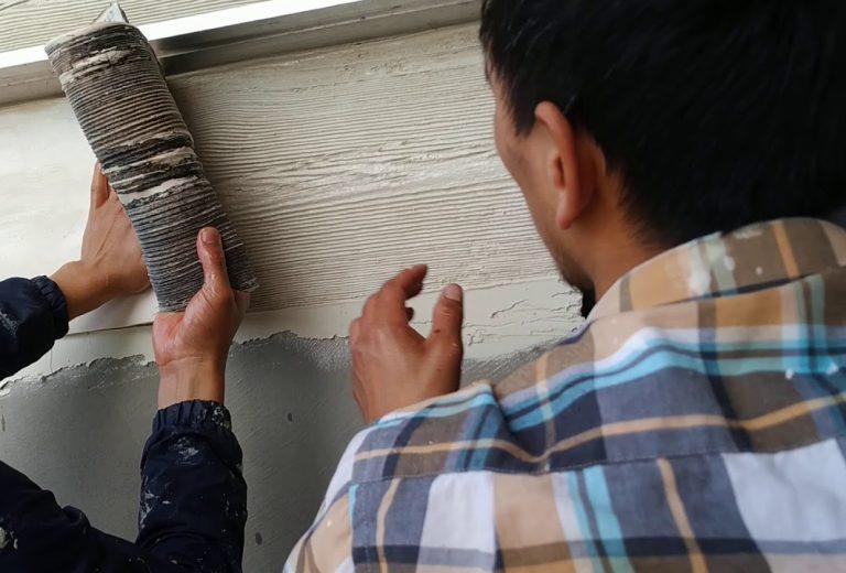 Как с помощью декоративной штукатурки сделать покрытие под дерево
