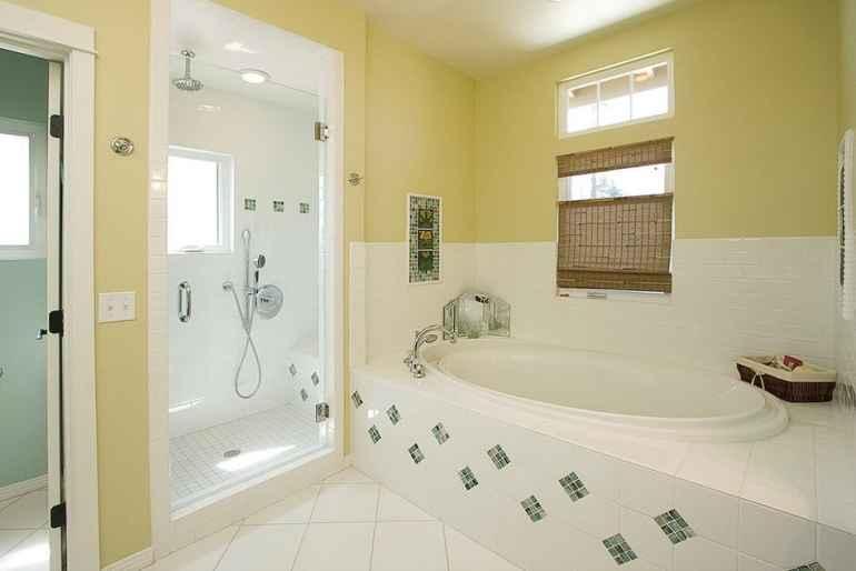 Оформляем ванную комнату правильно: какие предметы позволят визуально увеличить пространство?